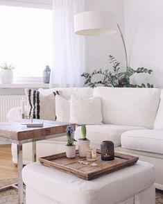 Gönn Dir eine Auszeit und genieße Deine gemütliche Lese- oder Fernsehstunden auf dem zeitlosen Sofa Revival. Die Kissen mach das Creme Sofa besonders gemütlich. Dank seines cleanen Designs lässt es sich problemlos in jeden Stil und jedes Zuhause integrieren. Ein Must-have der Extraklasse! // Wohnzimmer Sofa Kissen Couchtisch Holz Pouf Tablett Deko Dekoration Ideen Leuchte #WohnzimmerIdeen #Wohnzimmer @rabobsen