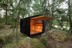 uhlik architekti forest retreat boulder | both glassed-in openings can be closed by big shutters photo © jan kuděj