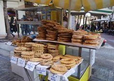 La cuisine de rue est en train de devenir un phénomène très en vogue à Athènes. On y trouve bien entendu les plats traditionnels de rue comme les souvlakis