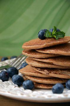 Zutaten für etwa 25 Pancakes:  1 Banane, reif  230 g Haferflocken (gf)  600 ml Wasser  4 EL Ahornsirup  2 EL ÖL  1 TL Vanille, gemahlen  1 TL Zimt  1 Prise Meersalz  Alle Zutaten zusammen in einen Standmixer oder mit einem Pürierstab zu einer homogenen Masse ohne Klumpen zerkleinern. Die Pfanne ohne Öl auf dem Herd heiß werden lassen. Je ein Löffel von dem fertigen Teig in di ...