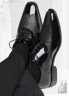 Zapatos de charol con textura para el novio. Inspírate en http://bodatotal.com/