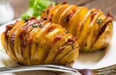 Cartofii acordeon/Hasselback se fac în 1 oră și sunt absolut delicioși. Masa perfectă , după o rețetă rapidă și folosind ingrediente la îndemâna oricui! Seitan, Baked Potato, Bacon, Potatoes, Ethnic Recipes, Food, Projects, Log Projects, Blue Prints
