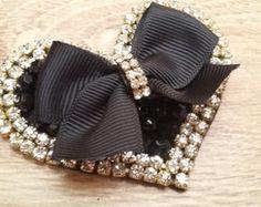 Smart accessory ~ a heart decorated with a bow Diy Ribbon, Ribbon Crafts, Ribbon Bows, Hair Brooch, Baby Hair Clips, Pearl Headband, Diy Hair Bows, Beaded Brooch, Diy Hair Accessories