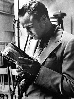 Marlon Brando, que hoy habría cumplido 90 años, lee durante el rodaje de «Ellos y ellas», de Joseph L. Mankiewicz. Foto de Phil Stern, 1955: «Un actor es una persona que no te escucha a menos que estés hablando de él.» https://www.veniracuento.com