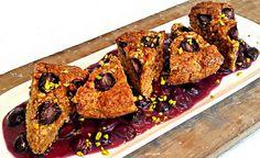 Hier finden Sie ein veganes Rezept für die Zubereitung von Dinkelvollkorn-Kuchen mit Walnüssen auf Trauben-Ingwer-Sauce. Zubereitungszeit: 45 Minuten.