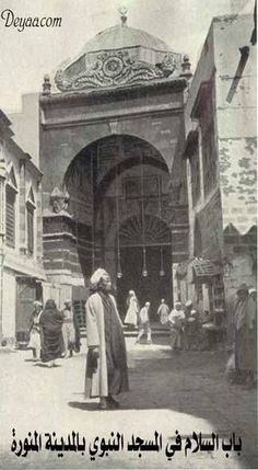 Al Salam Gate that leads to the Holy Mosque of Medinah, Hejaz Al Masjid An Nabawi, Masjid Al Haram, Mecca Madinah, History Of Islam, Amazing Places On Earth, Mekkah, Les Religions, Beautiful Mosques, Rare Images