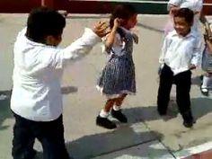 Vídeo de risa niño gordo hace trampa al correr