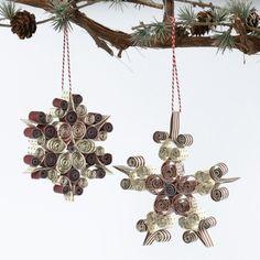 Quilling snefnug lavet af stjernestrimler. Iddelt til at pynte i vinduerne eller på juletræet.