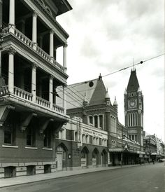 Hay St,Perth in Western Australia (year unknown). Old Pictures, Old Photos, Australian Continent, Brisbane Queensland, Perth Western Australia, Travel Wallpaper, Largest Countries, Small Island, Old Buildings