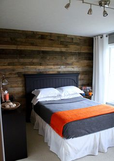free pallet wall by Girl. Be sure to check out the entire tween bedroom makeover. Pallet Wall Decor, Pallet Wood, Pallet Walls, Wood Pallets, Pallet Boards, Diy Wood, Wooden Boards, Wooden Slats, Pallet Furniture