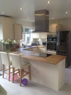 Cream high gloss kitchen diner induction hob knock through kitchen by Kitchens By Choice Manchester Small Kitchen Diner, Kitchen Diner Extension, Open Plan Kitchen, New Kitchen Cabinets, Kitchen Countertops, Kitchen Appliances, Gloss Kitchen, Marble Countertops, Home Decor Kitchen