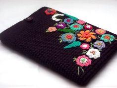 Crochet IPad cover - Picture only, nice idea. Crochet Books, Love Crochet, Crochet Flowers, Knit Crochet, Crochet Ipad Cover, Crochet Pouch, Crochet Handbags, Crochet Purses, Crochet Designs