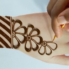 in this video tutorial i will show you mehndi designs easy and simple step by step Henna Tattoo Designs Simple, Mehndi Designs For Kids, Mehndi Designs Feet, Back Hand Mehndi Designs, Mehndi Designs Book, Simple Arabic Mehndi Designs, Mehndi Designs 2018, Mehndi Designs For Beginners, Mehndi Design Images
