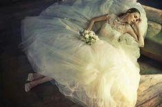 #dica #tip #decor #inspiração #casamento #festas #party #planejamentodeeventos #barradatijuca Inspiração para noiva com ar de conto de fadas. {Foto retirada da internet} >>> Confira o site http://www.festaxdecor.com.br