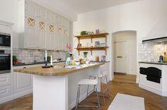 Encimera y suelo de madera en la cocina