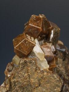 "Granats. Mina ""Turón"" (mina ""Roca del Turó""), Costabona, Espinavell (Molló), Ripollès, Girona. Cristall d'uns 15 mm. Col. Àngel Blas."