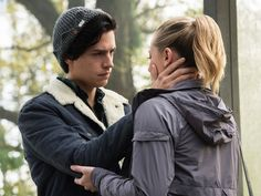 'Riverdale' Star Lili Reinhart Dishes on That Steamy Kiss With Cole Sprouse And Who Killed Jason Blossom