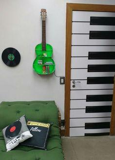 O clima rock'n'roll tomou conta do É de Casa. Inspirada na nova trama das 7, Rock Story, a blogueira Karina Milanesi ensinou como fazer relógio de parede e banquinho com disco de vinil (Veja no vídeo acima!). O programa também ...