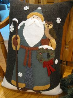 Old Fashioned Santa with Snowy Owl and Wreath di Justplainfolk