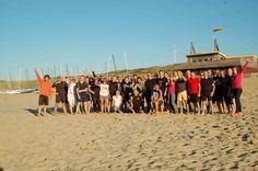 Groepsactiviteit op het strand, bedrijfsuitje.