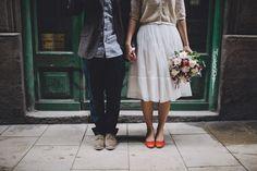 Unos novios informales. Unos estilismos informales. Una ceremonia informal. ¡Una boda perfecta! {Foto, Diez & Bordons} #novio #groom #tendenciasdebodas