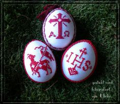 Tradionelle rote Eier Winter Christmas, Christmas Ornaments, Easter Crochet Patterns, Easter Cross, Beaded Cross Stitch, Pattern Illustration, Pattern Wallpaper, Pattern Paper, Beaded Embroidery