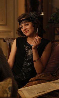 """Marion Cotillard como Adriana luciendo vestido negro con apliques en forma de mariposa en el pecho, en """"Midnight in Paris"""" (2011) de Woody Allen. Diseño de vestuario: Sonia Grande"""