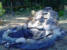 bassin de jardin moderne avec de grandes pierres et nylon