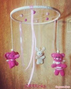 Мобиль для новорожденной или как украшение в детскую (например, на люстру) с вязаными игрушками в стиле амигуруми. Игрушки размером 5-7 см, связаны из мерсеризованного хлопка.