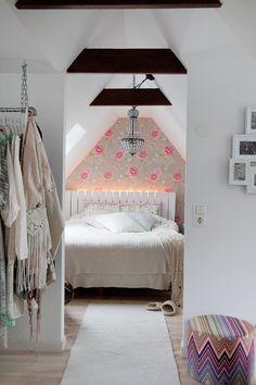 Härligt sovrum med en fondvägg med en tapet från PIP