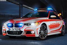 BMW ConnectedRescue - Navi-Hilfe für Einsatzfahrzeuge. Auf dem Weg zu einem Einsatz zählt für die Fahrer der Einsatzfahrzeuge von Polizei, Notarzt und Feuerwehr jede Sekunde, schließlich soll Menschen in Not stets … Auf dem Weg zu einem Einsatz zählt für die Fahrer der Einsatzfahrzeuge von Polizei, Notarzt und Feuerwehr jede Sekunde, schließlich soll Menschen in Not stets so schnell wie möglich geholfen werden. Speziell für die zahlreichen Sonderfahrzeuge der BMW Group wurde nun der Service…