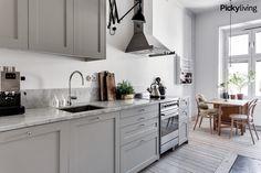 Köksluckor med ramLuckorna är lackade i NCS-kulören White Kitchen Backsplash, White Kitchen Island, White Kitchen Cabinets, Bodbyn Kitchen Grey, Kitchen Interior, New Kitchen, Kitchen Decor, Kitchen Mixer, Kitchen Dining