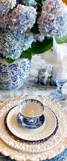 Hydrangea  blue white ~ place setting | The House of Beccaria# The charger plates are wonderful!