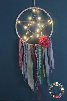 Attrape rêves - Capteur de rêves - Dreamcatcher lumineux. Style boho chic, tons pastels, organza, rubans, pompon, laine. Guirlande lumineuse. Déco mariage, salon, chambre enfant.