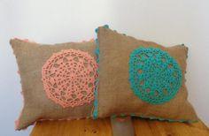 Almohadones realizados en arpillera con aplicación en en tejido y puntilla, con cierre. Rellenos con vellon siliconado. Medidas: 36 X 30 c...107870931 Ramadan Crafts, Ramadan Decorations, Beach Towel Bag, Embroidery Patterns, Crochet Patterns, Doily Art, Felt Pillow, Crochet Decoration, Patchwork Pillow