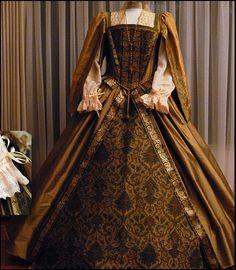 Beautiful replica Tudor dress by http://www.nimblearts.com/Costuming/Costuming.html