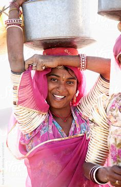 Rajasthani beauty carries big pot of water on her head. Sri Lanka, Indiana, Essence Of India, Tribal India, Japan Beach, Indian Colours, India Culture, Tribal Women, Rajasthan India
