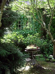 12 Outdoor Reading Nooks That Will Remind You of 'The Secret Garden' - Alles für den Garten The Secret Garden, Secret Gardens, Hidden Garden, Small Gardens, Outdoor Gardens, Small Courtyard Gardens, Outdoor Reading Nooks, Garden Cottage, Garden Nook