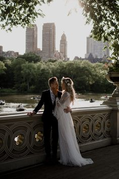 This Boho Chic Manhattan Elopement Ended with an Intimate First Dance in Central Park Junebug Weddings Elope Wedding, Dream Wedding, Wedding Beach, Central Park Weddings, Top Wedding Trends, Wedding Ideas, Wedding Photography Poses, Wedding Poses, Night Photography