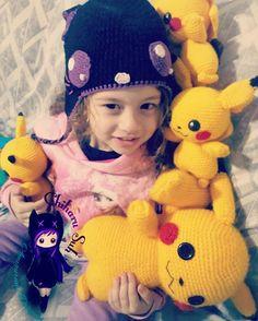 Ataque de Pikachus 💛  #amigurumi #pikachu #pokemon #pokemongo #otaku #crochet #handmade #plush #artesanato #amigurumibrasil #minhamenina #Docinho #damamae #crochet #art #loveyarn #kawaii #crochettoy #byChiharuSuh #mypattern #smile #fofura #teamo (em...