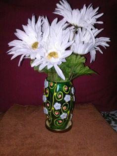 Florero de botellas de plastico y tapas decorado con botones blanco y pintura.ARTE EN RECICLAR.