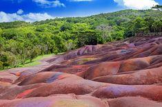 Siebenfarbige Erde, Chamarel, Mauritius Mauritius hat nicht nur einen spektakulären Unterwasserfall zu bieten, sondern auch diese eigenwillige Landschaft, genannt Siebenfarbige Erde (sie liegt übrigens in der Nähe des nicht weniger beeindruckenden Chamarel-Wasserfalls), die ebenso wie die gesamte Insel auf vulkanische Aktivitäten zurückgeht. Und das alles auf nur einer Insel!