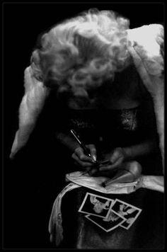 """24 Mars 1955 / (Part IV) Marilyn dans sa chambre de l""""Ambassador Hotel"""", en peignoir, avant de se préparer pour assister à la Première de la pièce de théâtre """"Cat on hot tin roof"""", de Tennessee WILLIAMS au théâtre """"Morosco"""", accompagnée des GREENE, sous l'objectif du photographe Ed FEINGERSH."""