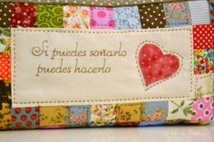 labores, manualidades, muñecas tela, guardatijeras, tijeras bordar, regalos, botones forrar, patchwork, cojines alianzas, alfileres novia, biznagas Patchwork Pillow, Patchwork Bags, Quilting Designs, Embroidery Designs, Pillow Crafts, Quilted Gifts, Bag Pattern Free, Quilt Making, Sewing Projects