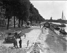 Amsterdam Aanleg van de nieuwe verkeersweg over de Eilanden, Kattenburgergracht - Oostenburgergracht - Wittenburgergracht met in de verte korenmolen de Gooyer, 1952.