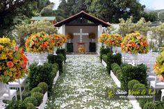Decoração Floral nas Cores Amarelo e Coral. Casamento com Cerimônia Religiosa ao Ar Livre.
