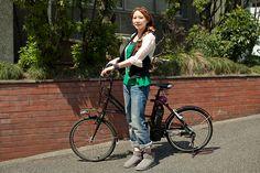 武内みきさん(31歳・美容師)   「カスタムしたピストバイクに乗っている男の人はやっぱり見ちゃいますよね!」というみきさんは、自転車歴11年。パンツスタイルにこだわらず、スカートでもアグレッシブに乗りこなしてしまう。