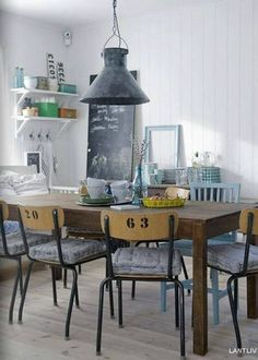 chaises d'écoliers autour de la table à manger #diningroom #chair #table