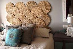 Bases em palhinha redonda coladas a parede resultam nesta cabeceira de cama…