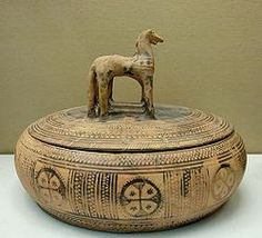 Geometric surface art, with both abstract and symmetrical patterns, have pervaded the pottery arts of most ancient cultures. Old Pottery, Greek Pottery, Pottery Art, Arte Latina, Ancient Greek Art, Ancient Greece, Surface Art, Ceramic Boxes, Art Sculpture